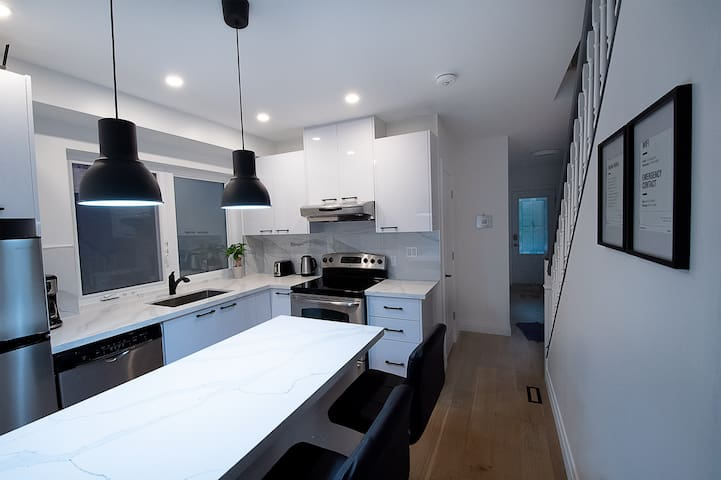 Spacious Minimalist Inspired room in Leslieville