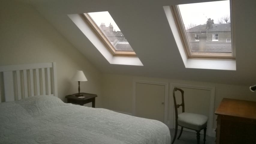 Sunny, quiet, ensuite double room - London - House