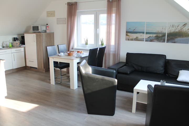 Wohnzimmer mit Essplatz und Einbauküche - im gesamten Haus WiFi