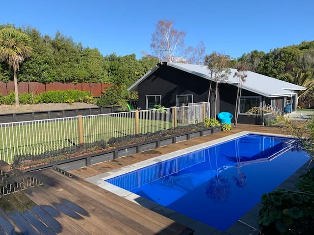 Family friendly home with a pool in Mapua