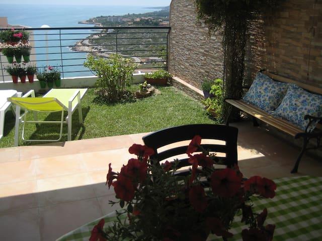 Terraza-jardín de 40m2 frente al mar, Ada Cerromar