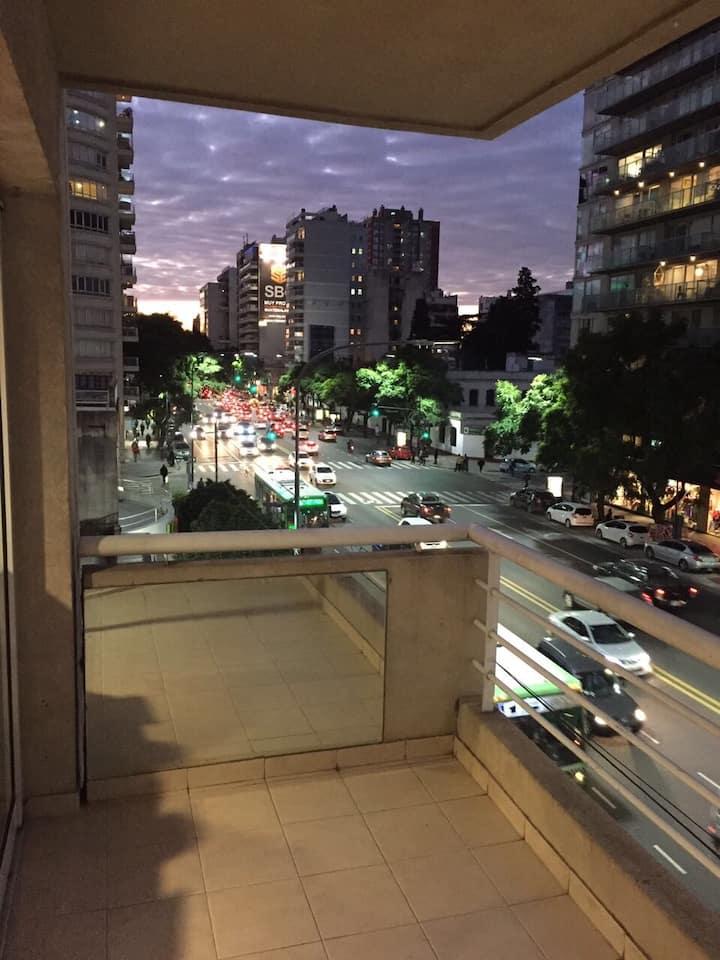 Moderno Departamento sobre Avenida Libertador.