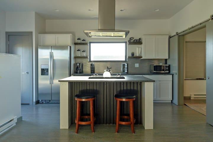 Peaks View Suite-Modern APT, Central BZN w/ garage