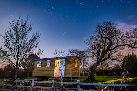 Cosy, cute and luxurious Shepherd's Hut. - Elsworth