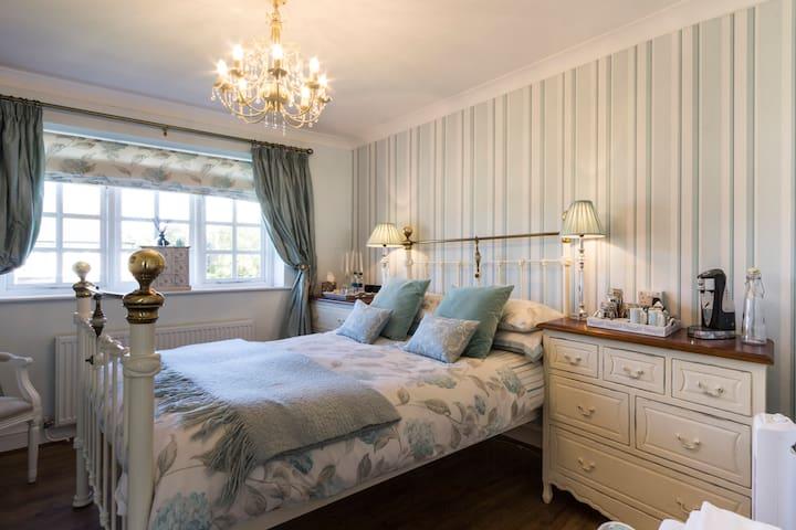 Ryder Lodge Kempton room