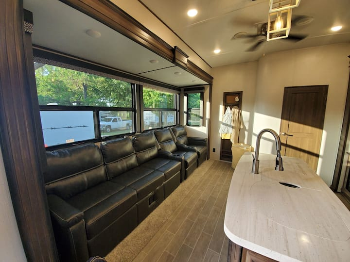 Meg's on the River:Private 2 bed 2 bath Luxury RV