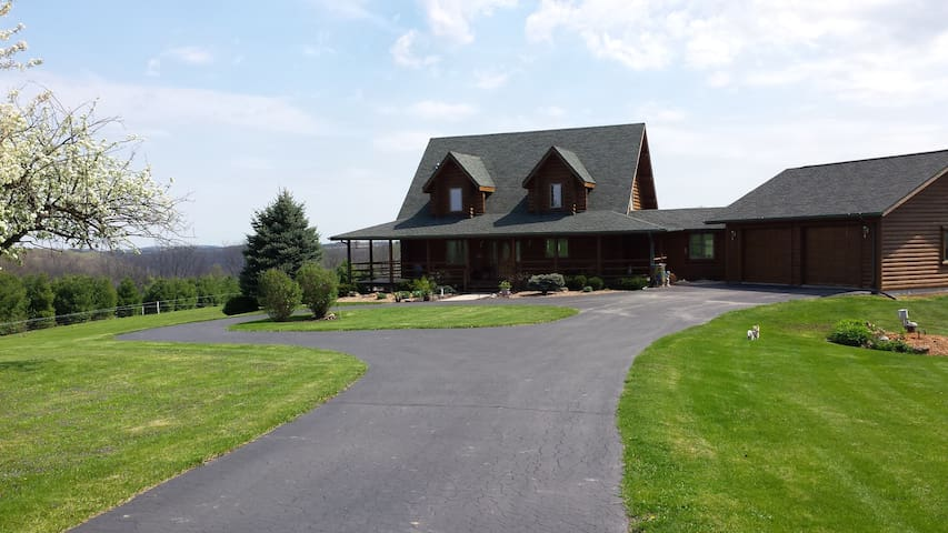 Pine Haven is a 3400 sq.ft Log Home - Viroqua - Rumah