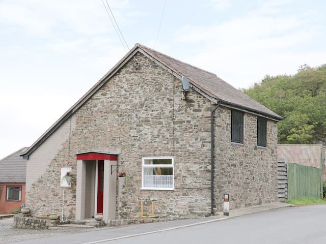 THE HAYLOFT, pet friendly, with hot tub in Stiperstones, Ref 916697