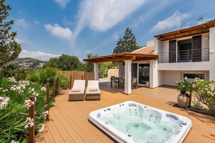 Fantástica Villa Joy cerca de la playa con vistas al mar, jacuzzi, jardín y balcón; garaje disponible