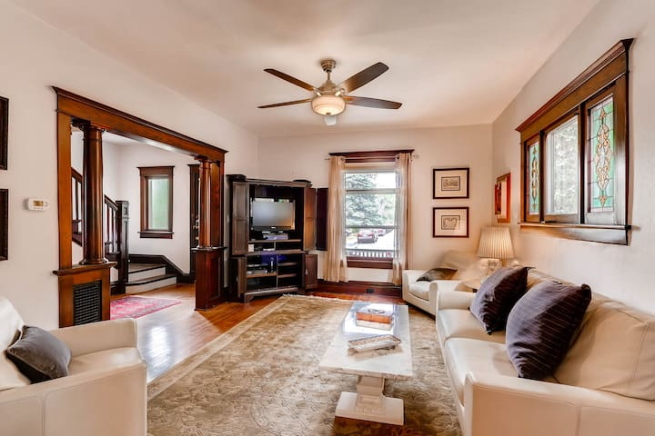 Downtown Victorian Beautifully Updated Sleeps 7