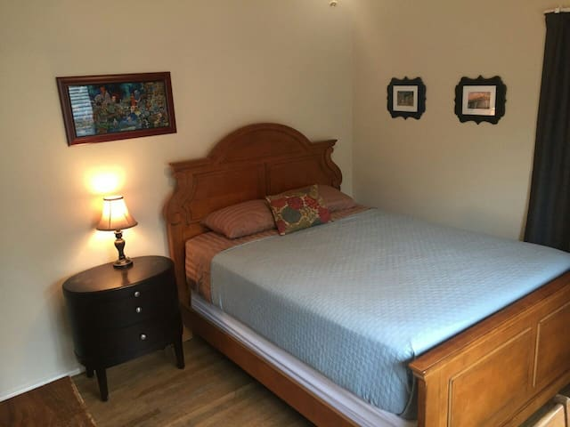Quiet, Clean Bdrm N. UTCampus; 1.3 mi to DT Austin