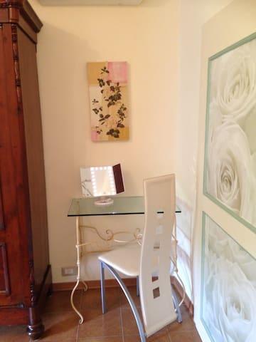 Tavolino in ferro battuto con specchio per trucco
