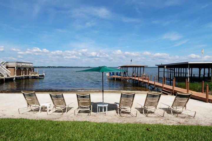 Lakeside Cottage on Lake Dora