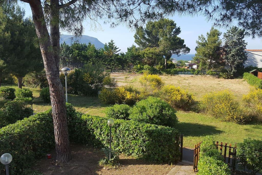 Casetta a schiera vista mare con ampio giardino for Piani di casa sulla spiaggia su palafitte