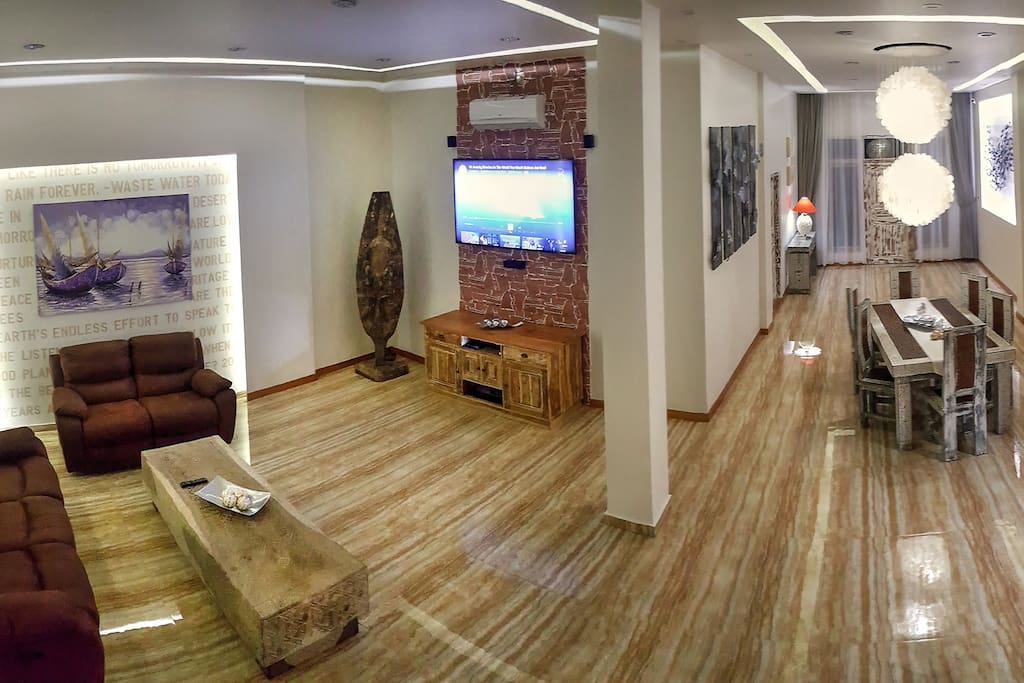 """Huge 90m2 living room with 65"""" smart tv and free wifi"""