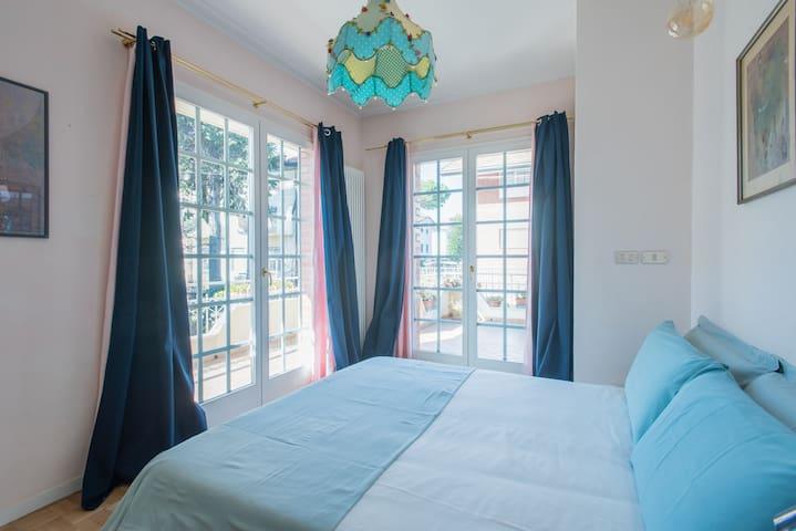 camera  2  - letto matrimoniale - la camera si affaccia sui terrazzi regalando la possibilità di passare molto tempo all' aria aperta