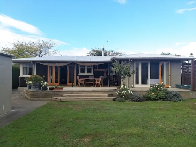 Quiet sunny 1960's Bungalow with spacious garden