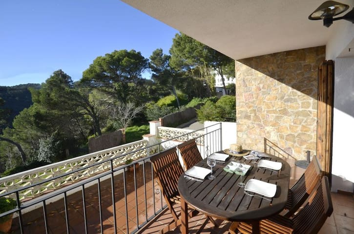 Terraced house, in perfect condition, located 1,5km from the beach in Sa Tuna with fantast - Begur - Huis