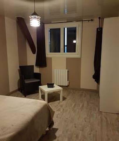 chambre 2 aussi spacieuse et équipée que la chambre 1 lit également en 140.