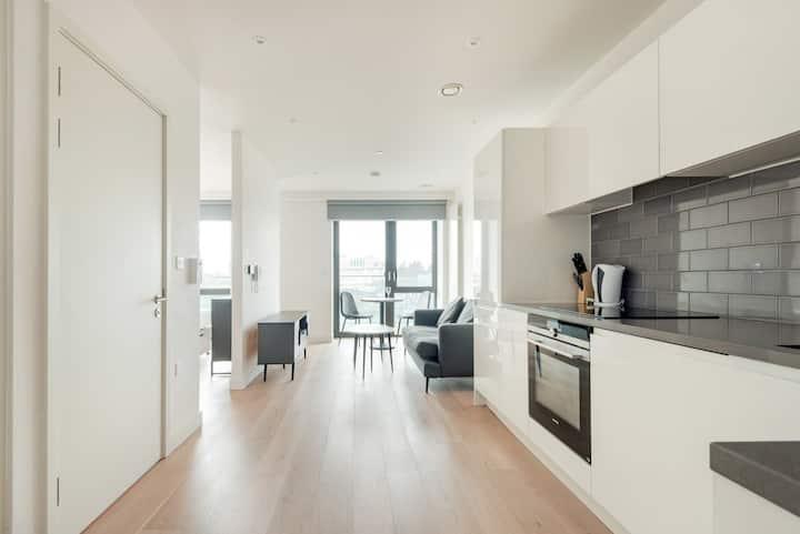 Spacious & bright new studio with balcony - Royal Docks