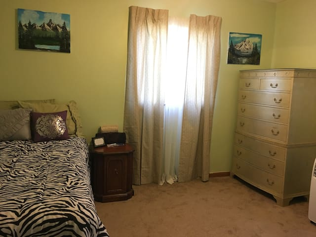 Cozy and Comfortable room in a quite neighborhood - Mayfield Heights - Casa
