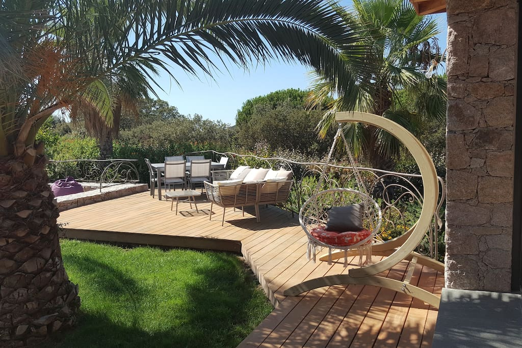 hamac et salon de jardin sur la terrasse bois