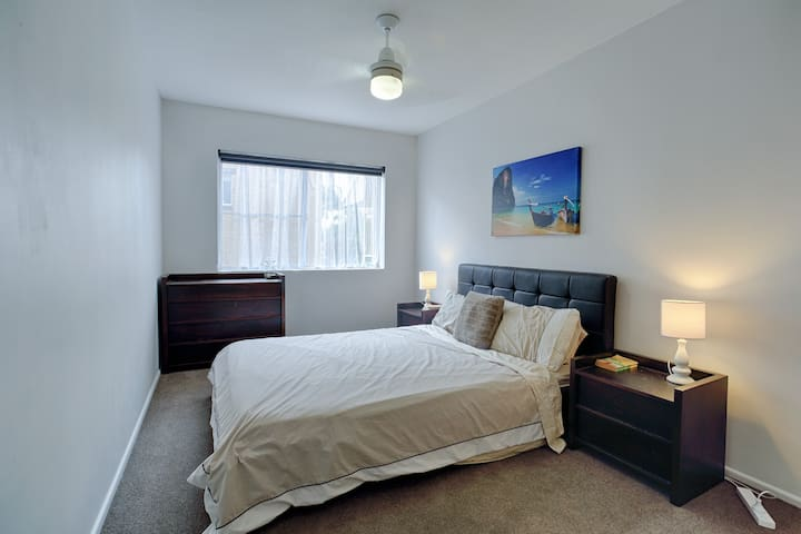 Comfortable Queen Bedroom near City - Coorparoo - Apartment