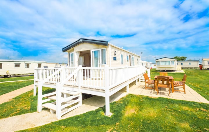 AV24 - Camber Sands Holiday Park - Sleeps 8 + 1 sm dog - Large gated deck + patio