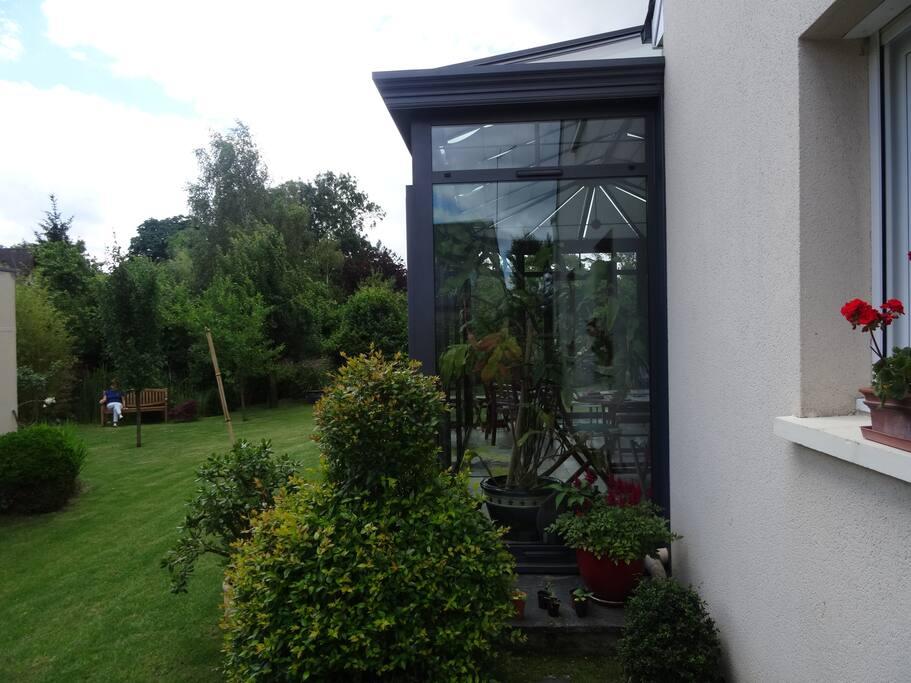 Le jardin derrière la maison сад