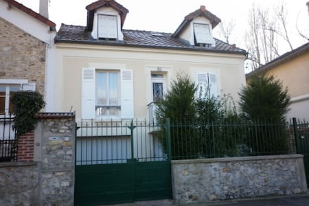Chez Chantal:1 ou 2 chambres proches de Disneyland - Lagny-sur-Marne - Bed & Breakfast