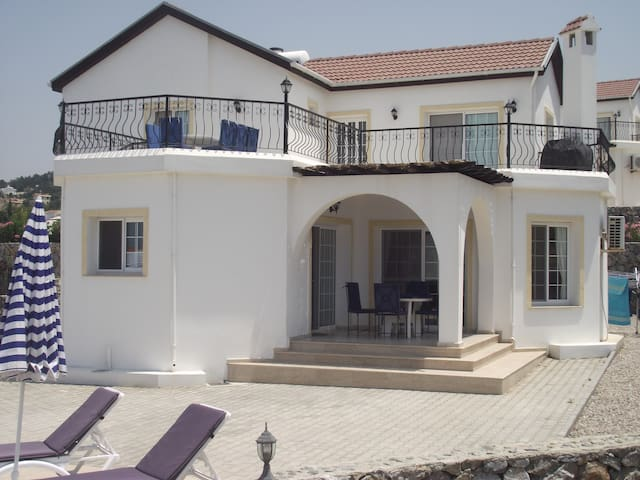 Beautiful villa with views of sea and mountains. - Esentepe - 別荘