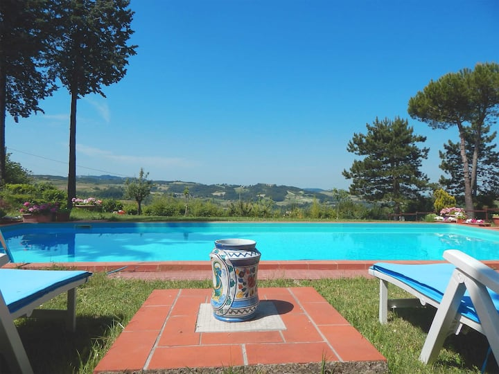 Large hill's country house - private swimming pool