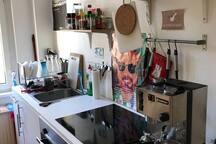 Küche mit Siebträger-Kaffeemaschine (geil!)