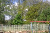 Garten mit überdachter Terrasse, Grillmöglichkeit und Spielplatz