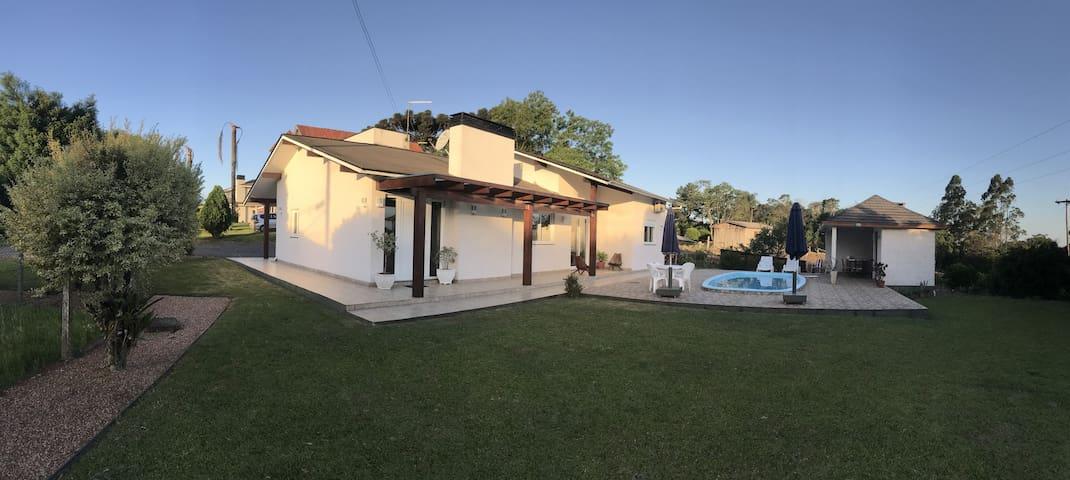 Casa aconchegante com fogão a lenha e piscina.
