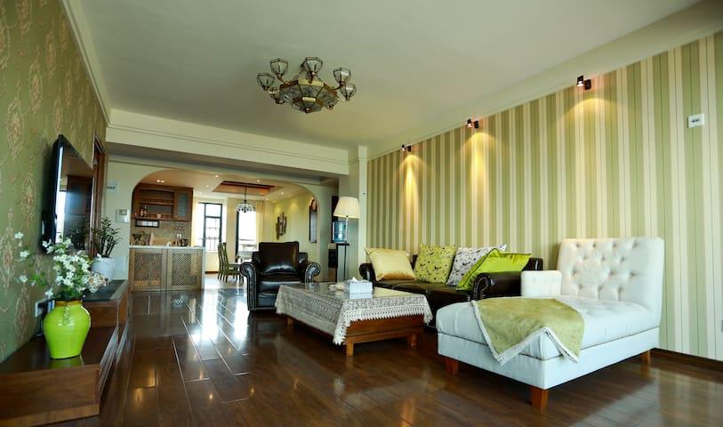 客厅:宽敞明亮,挂墙式液晶海信55寸大彩