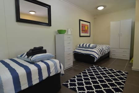 Self contained unit near beach with amenities. - Frankston South