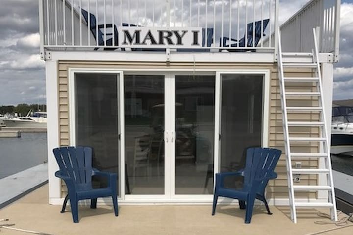 Mary I, a Floating Cottage in Sturgeon Bay, WI