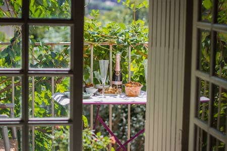 Double bedroom with sunny balcony - Lourmarin - Appartement
