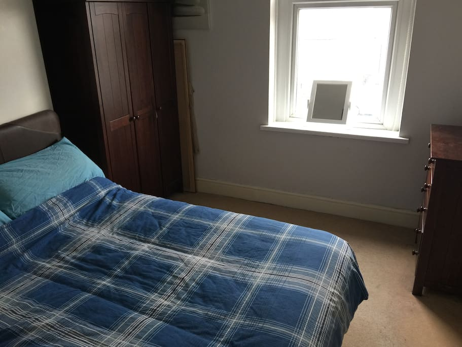 Bedroom with double bed and hanging space/ Lloft gyda gwely ddwbl