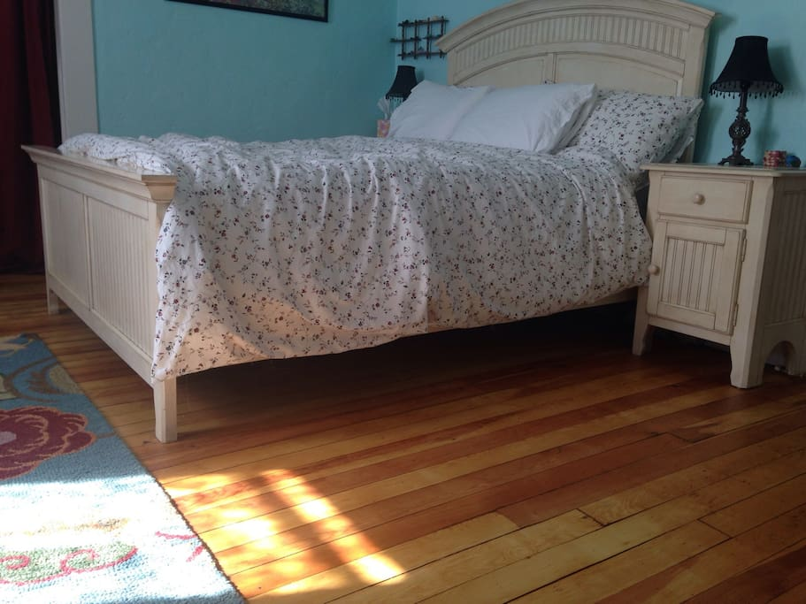 Queen bed with cotton sheets