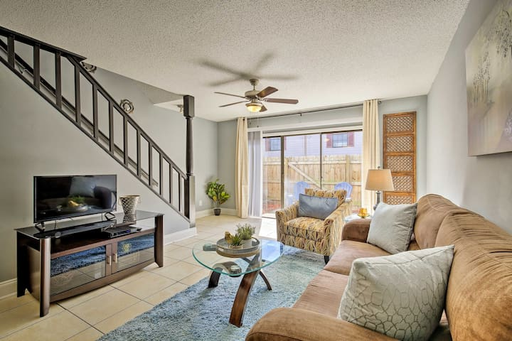 Tampa Townhome w/ Pool Near Top Attractions!