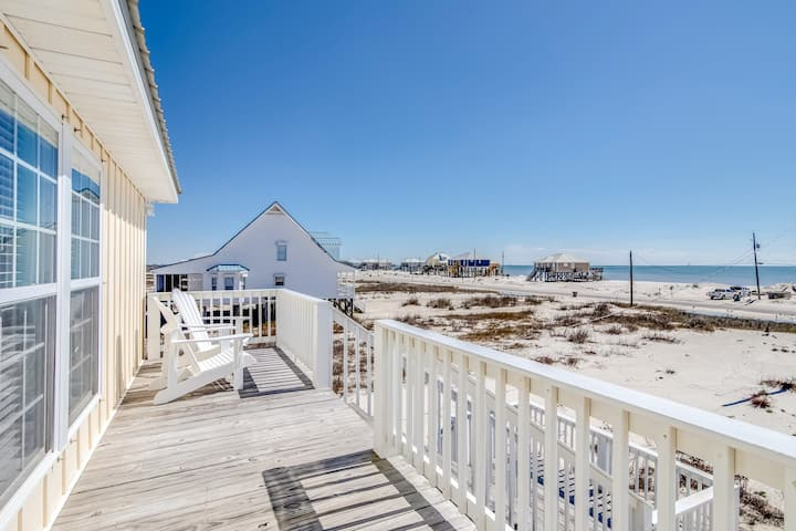 Bayfront beach retreat w/ lovely beach views, screened-in porch & beach access!