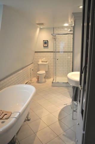 Salle de bain des maîtres (master bathroom)