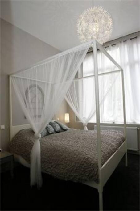 chambre attenante à la salle d'eau, lit en 160, linge de lit fourni