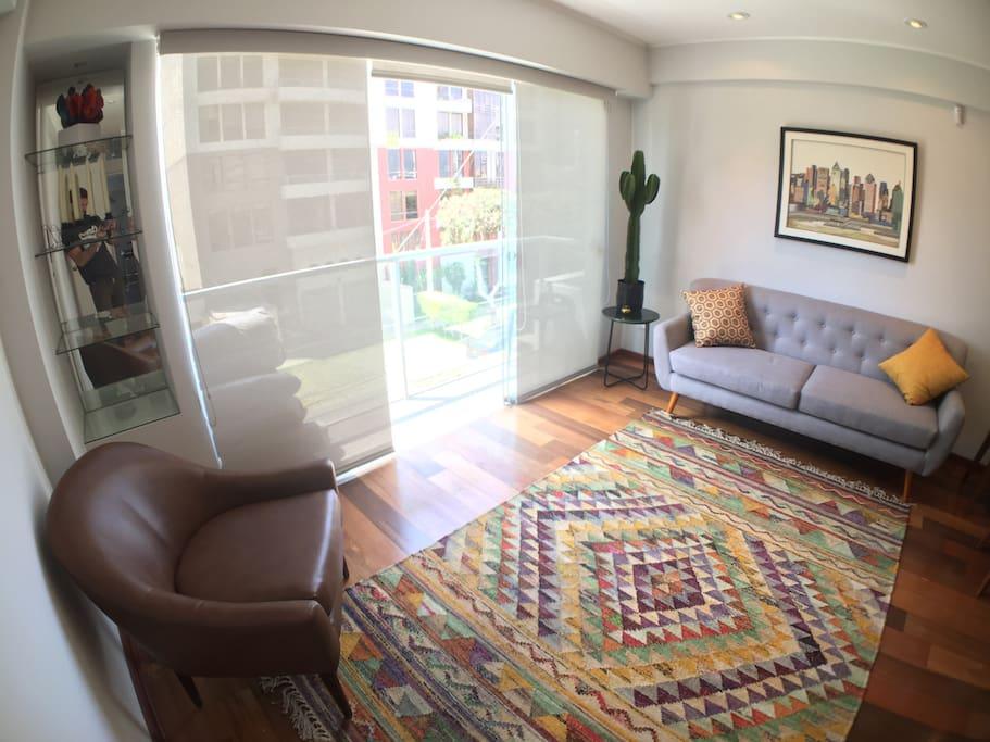 Sala con balcón. Living room with balcony.