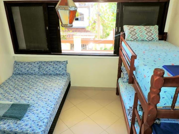 Quarto privado com banheiro cama de casal beliche