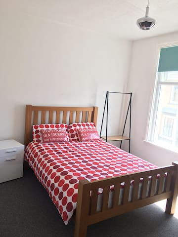 Brand New Private Double Room-5mins walk to Center
