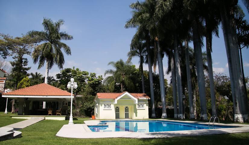 Casa en Cuernavaca con jardín extenso