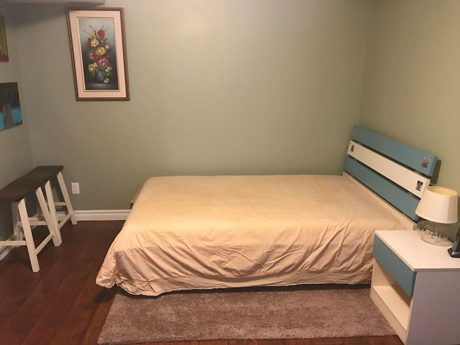 地下室客房,带写字台和衣帽厨,全新装修